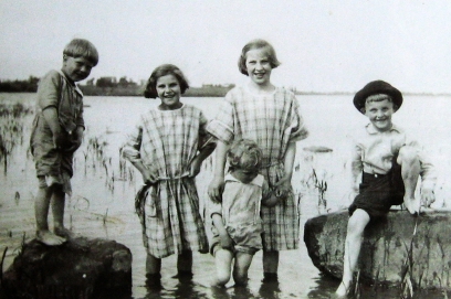 Harriet and siblings 1928